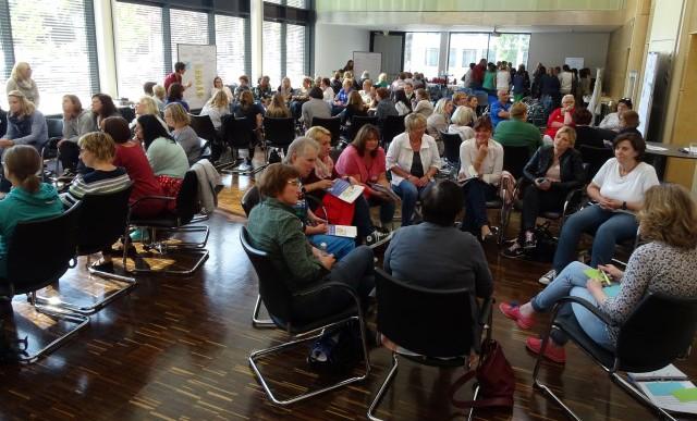 Großes Interesse am Praxistag hatten Vertreterinnen und Vertreter aus Schule und Kita. Mehr als 100 Teilnehmer waren ins Kreishaus gekommen und tauschten sich - wie hier in der Arbeitsphase - intensiv aus. (Foto: S. Fischer – Kreis Unna)