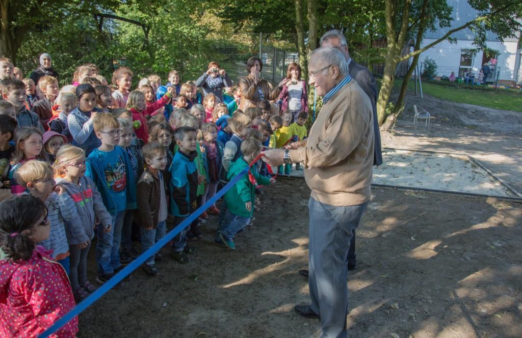 Endlich: Bürgermeister Jenz Rother eröffnet den neuen Spielplatz an der Kantstraße. (Foto: Peter Gräber)