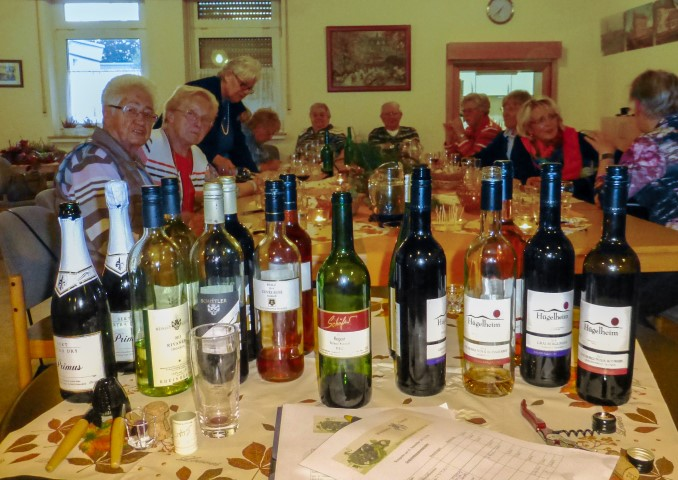 Die erste Weinprobe in der Cafeteria der Senioren-Begegnungsstätte kam bei allen Beteiligten gut an. (Foto: Karl-Heinz Helms)