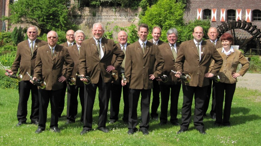 Die Holzwickede Jagdhornbläser in ihrem Jubiläumsjahr 2015. Foto: privat)