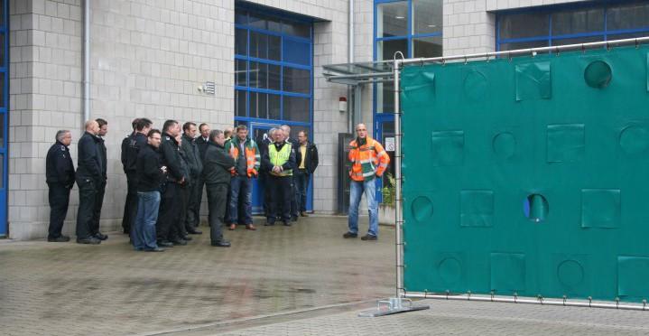Am Feuerwehrservicezentrum in Unna informierte sich die Ordnungspartnerschaft Autobahnsicherheit über mobile Sichtschutzwände. (Foto: P. Cyronek – Kreis Unna)