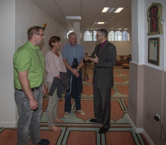 Auch viele Holzwickeder Bürger nutzten die Einladung zu einem besuch in der Moschee, um sich über den Verein und Islam zu in formieren. (Foto: peter Gräber)