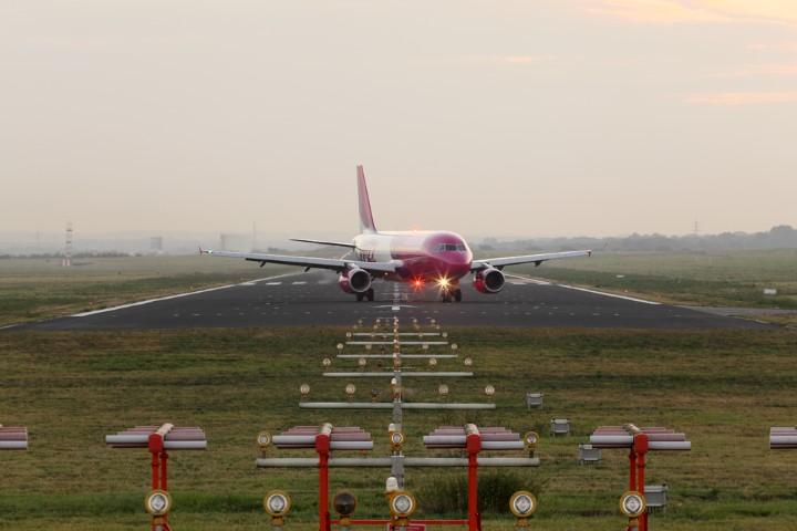 Die vollständige Nutzung der schon jetzt 2.000 Meter langen Landebahn wird nach Darstellung der Flughafenbetreiber keine zusätzlichen Belastungen für die Gemeinde bringen. (Foto: Dortmund Airport - Hans Jürgen Landes