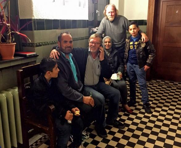 Gleiches Schicksal, aber keine Familie: Uli Bangert und Fr8iedhelm Klemp mit den vier Flüchtlingen aus Syrien, die am Freitagabend plötzlich auf dem Marktplatz standen. (Foto: privat)