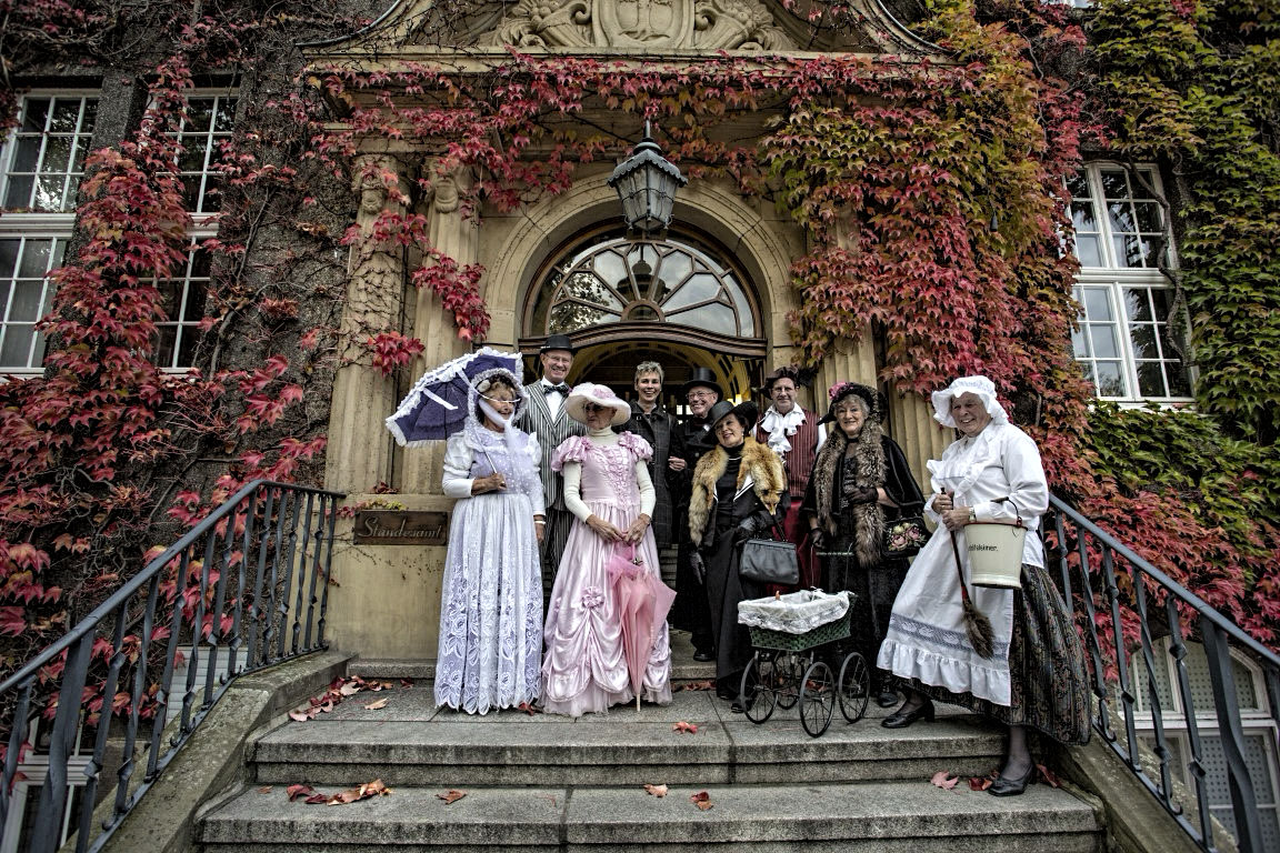 """Gemeinsam mit dem """"Chor ohne Namen"""" stellte sich Holzwickedes neue Bürgermeisterin, Ulrike Drossel (4.v.l.) gut gelaunt auf der Rathaustreppe zum Gruppenbild. (Foto: Peter Gräber)"""
