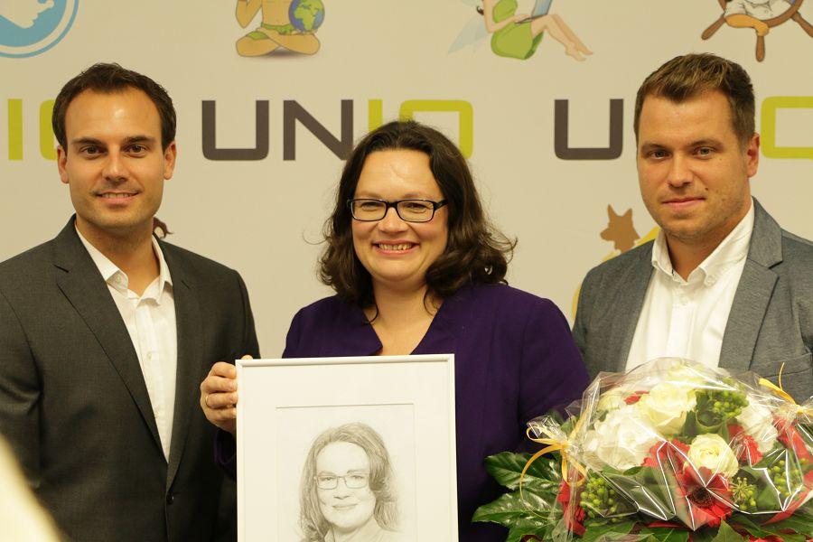 Andrea Nahles mit der Bleistiftzeichnung von UNIQ-Kreatuvchef David