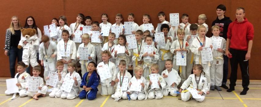 Stolz präsentiert sich der Judonachwuchs nach dem Fruendschaftsturnier mit seinen Siegerurkunden und Medaillen. (Foto: JCH)