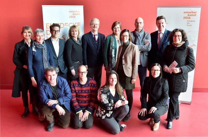 V.l.n.r. Hintere Reihe: Verena Seibt (Stracke & Seibt), Véronique Faucheur (atelier le balto), Lukas Crepas (Kultur Ruhr GmbH), Dr. Hildegard Kaluza (Kulturministerium NRW), Dr. Jochen Stemplewski (Emschergenossenschaft), Karola Geiß-Netthöfel (Regionalverband Ruhr), Dr. Simone Timmerhaus (Co-Kuratorin), Prof. Florian Matzner (Kurator), Raiko Kravanja (Bürgermeister der Stadt Castrop-Rauxel), Claudia Kokoschka (Leiterin des Kulturbüros Stadt Dortmund) vordere Reihe: Marc Pouzol (atelier le balto), Erik van Lieshout, Clea Stracke (Stracke & Seibt), Katja Aßmann (Co-Kuratorin, künstlerische Leiterin Urbane Künste Ruhr). (Foto: Kirsten Neumann/Emscherkunst)