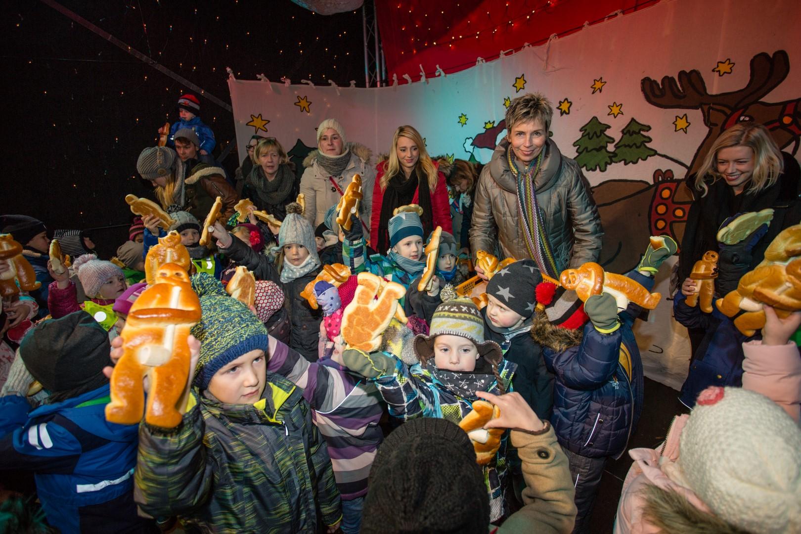 Bürgermeisterin Ulrike Drossel und die Kinder des HEV-Kindergartens eröffneten pünktlich den 29. Holzwickeder Weihnachtrsmarkt am Freitagabend. Anschließend verteilte die Bürgermeisterin die traditionellen Stutenkerle an die Kinder der Gemeinde. (Foto: Peter Gräber)