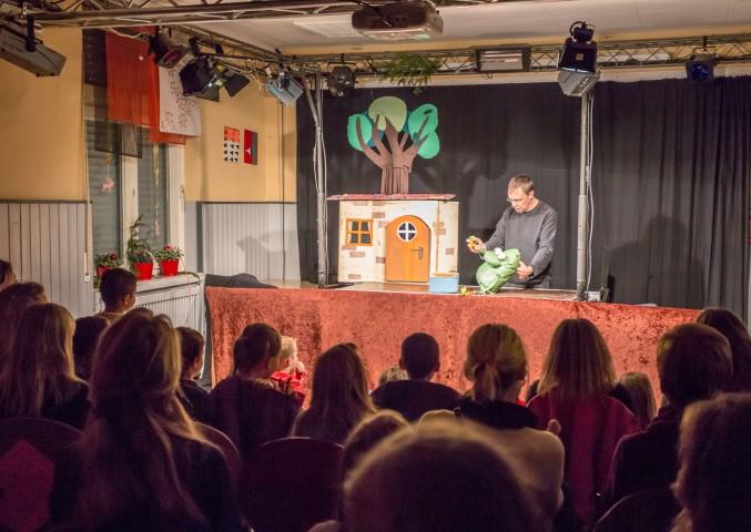"""Wolfgang vom Wodo Puppenspiel unterhielt mit """"Nulli und Priesemut - Ein Baum für den Weihnachtsmann"""" die Kinder beim der Weihnachtsfeier im Treffpunkt Villa. (Foto: Peter Gräber)"""