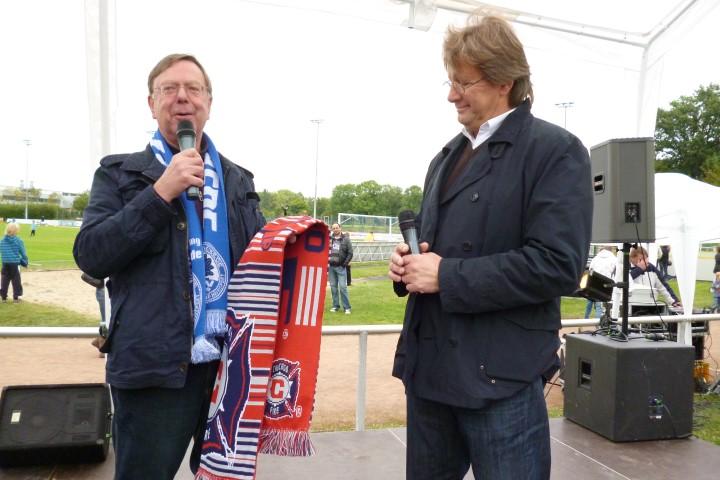 Gerd Kolbe (l.), hier mit HSC-Cheftrainer Ingo Peter, wird beim HSC-Adventsfenster am 23. Dezember erneut eine Geschichte über die wichtige Rolle des Fußballs bei der Völkerverständigung vortragen. (Foto: privat)