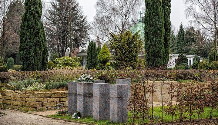 Kaum zu glauben, aber immer mehr Besucher führen ihre Hunde für das tägliche Geschäft auf den Friedhof (Foto). Die Gemeinde kündigt verstärkte Kontrollen an.  (Foto: P. Greäber - Emscherblog)