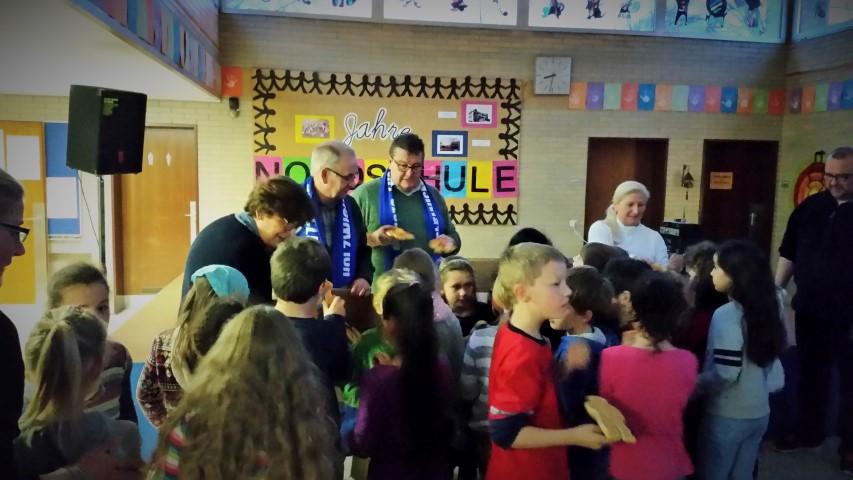 Die HSC-Vertreter verteilen Stutenkerle an die Kinder der Nordschule. (Foto: privat)