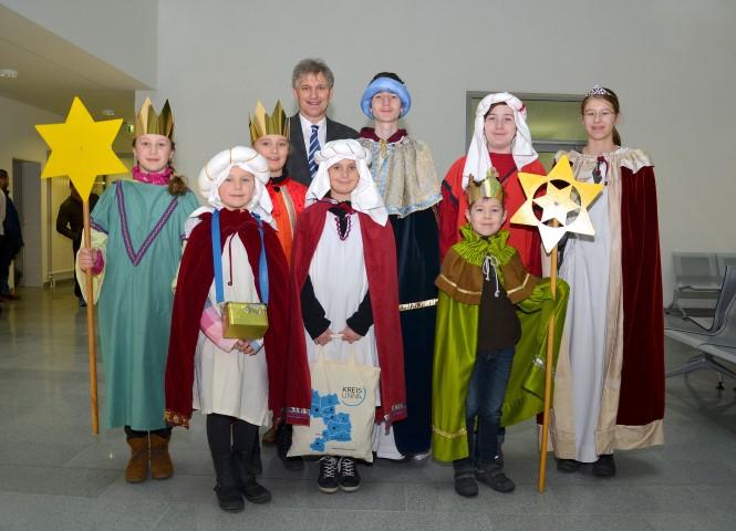 Landrat Michael Makiolla begrüßte die Sternsinger im Kreishaus und wünschte ihnen viel Erfolg bei ihrer Aktion. Foto: B. Kalle - Kreis Unna )