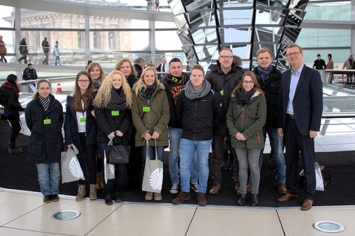 Olivedr Kaczmarek (r.) mit den Auszubildenden aus den Kommunen im Kreis Unna im Reichstagsgebäude.
