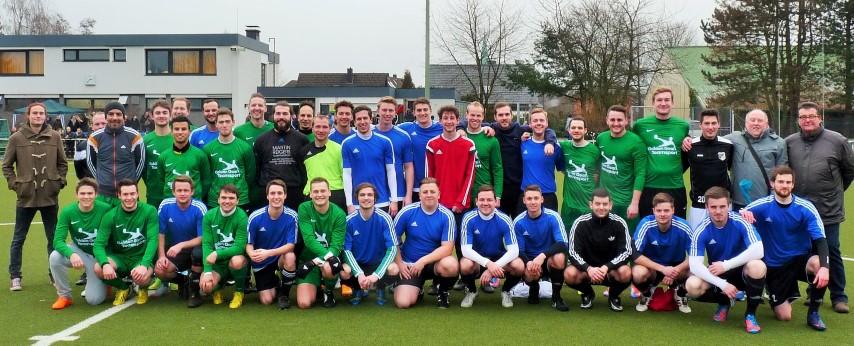 Gruppenbild vor dem Benefizspiel: Die frühere A-Jugendmannschaft, in der Marvin Schmidts gespielt hatte, traf auf die aktuelle 3, Mannschaft des HSC.. (Foto: HSC)
