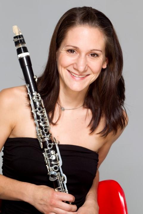 Gehört zum Ensemble de4r Neuen Philharmonie, das auf Haus Opherdicke gastuiert: Claudia Sautter (Klarinette). Foto: C. Schneider, Agentur