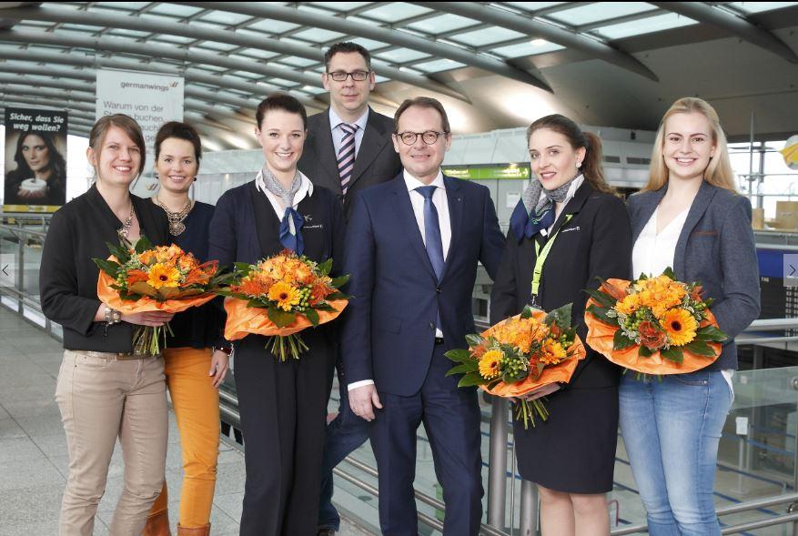 Udo Mager (3.v.r.), Bernd Ossenberg (4.v.r.) und Jana Lewin (2.v.l.) gratulieren den erfolgreichen Flughafen-Azubis Anna Lohmann, Gianina Breuer, Jennifer Rademacher und Jennifer Krahl (v.l.) (Foto: Dortmund Airport - Hans-Jürgen Landes)