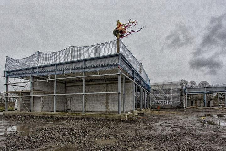 Die Arbeiuten an der neuen RFeuer- und Rettungswache liegen im Zeitplan. Seit heute weht der Richtkranz über den Neubau an der Unnaer Straße. (Foto: Peter Gräber)