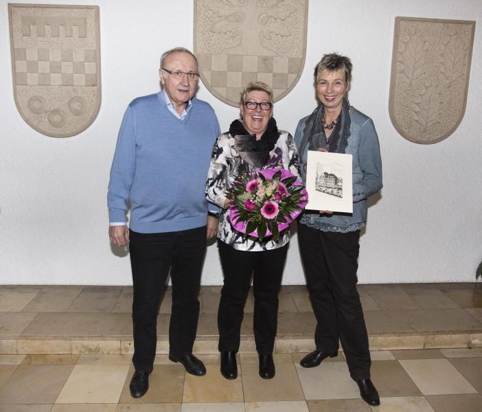 Bürgermeisterin Ulrike Drossel und ihr Amtsvorgänger Jenz Rother ließen es sich nicht nehmen, Monika Hakenesch (M.) persönblich in den Ruhestand zu verabschieden. (Foto: Peter Gräber)