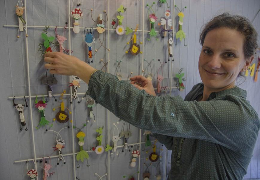 Jukia Stirnberg präsentiert individuelle Namensschiulder, Blumenkinder und Tiere. an ihrem Stand.