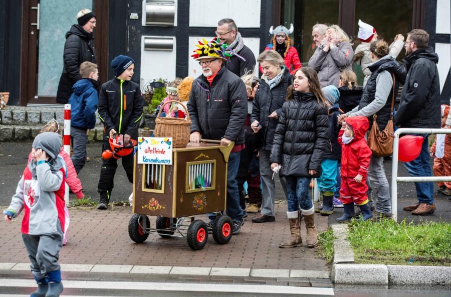 Pünktlich um 11.11 Uhr startete Achim Proba am Sonntag vor Rosenmontag den kleinsten Karnevalsumzug Deutschlands in hengsen. (Foto: Peter Gräber)