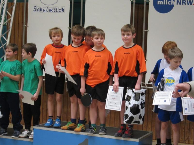 Die siegreichen Tischtennis-Cracks der Klasse 3a (orangfarbene Trikots) haben sich für die Endrunde auf Landesebne in Düsseldorf qualifizioert. (Foto: privat)