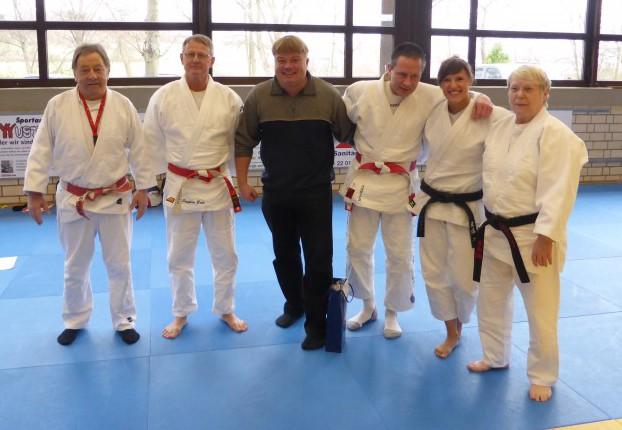 Michael Golek (3.v.l.) wurde von Fritz Salewsky (l.), Stephan Bode (2.v.l.), Karlheinz Stump (3.v.r.), Astrid Pohl (2.v.r.) und Brigitte Müller (r.) als Judo-Kampfrichter verabschiedet. Foto: privat)