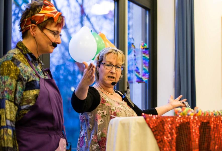 Auch Frau Posposchill Steffi Meier) und Frau Hawlischek (Andrea von Schaewen) beantworteten wieder dFragen, die die Welt bewegeten . (Foto: Peter Gräber)