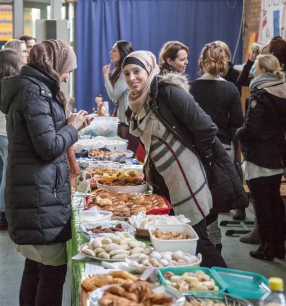 Die Aloysiusschule feierte am Mittwoch (24.2.) das 8. Fest der Kulturen. Elternm hatten für die Kinder ein großes Buffet mit Spezialitäten aus ihren Heimatländern aufgebaut. (Foto: Peter Gräber)