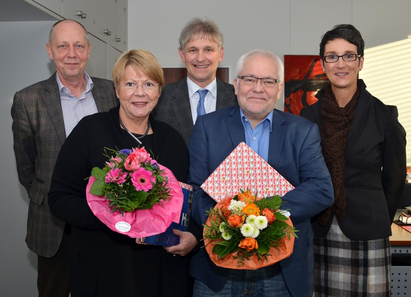 Landrat Makiolla (3.v.l.), Schuldezernent Dr. Timpe (l.) und Schulrätin Bettina Riskop (r.) verabschiedeten Peter Rieger (2.v.r.) und begrüßten Cornelia Krois. (Foto: B. Kalle - Kreis Unna)