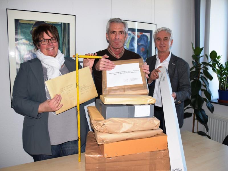 Fachbereichsleiter Norbert Diekmännken (r.) sichtet mit Kollegen die Angebote. Foto: C. Rauert – Kreis Unna