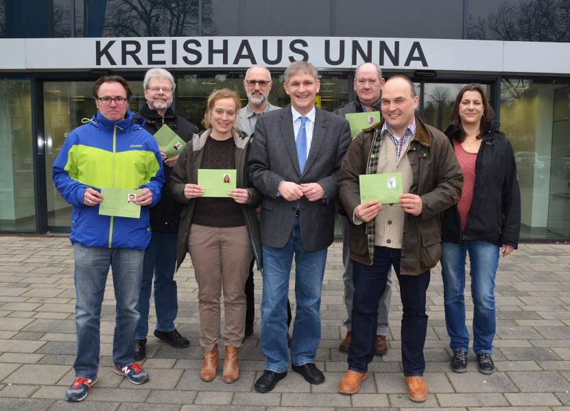 Landrat Michael Makiolla begrüßte die neuen Landschaftswächter im Kreishaus Unna. (Foto: B. Kalle – Kreis Unna)