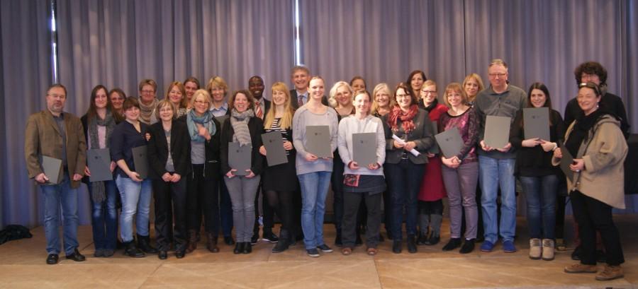 Landrat Makiolla überreichte den geschulten Lehrerinnen und Lehrern die Zertifikate. Foto S. Kahraman-Brust – Kreis Unna