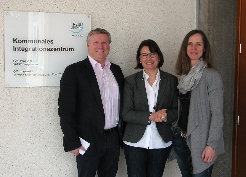 Informationsaustausch: Rüdiger Weiß, KI-Leiterin Marina Raupach und KI-Mitarbeiterin Maria Trepper. Foto: N. Schneider – Kreis Unna
