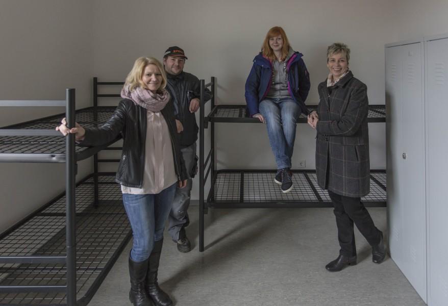 Alle Zimmer sind mit Betten und Schränken ausgestattet. Bauleiterin Uta Weise, Sirko Nickel (Hausmeisterdienst), Sina Rumpke (Koordination der Flüchtlingsbetreuung) und Bürgermeisterin Ulrike Drossel. (Foto: Peter Gräber)