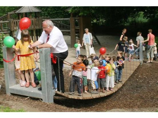Lang ist's her: Alt-Bürgermeister Jenz Rother bei der Eröffnung des Spieplatzes im Enmscherpark. Jetzt ist der Spielplatz in die Jahre gkommen und muss saniert werden. (Foto: Archgov)