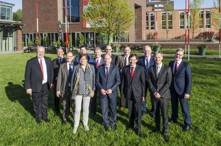 Landrat Makiolla (Mitte) und andere Verwaltungschefs im Ruhrgebiet wollen ein Förderprogramm zur Reduzierung der Langzeitarbeitslosigkeit. Foto: Thomas Schmidt