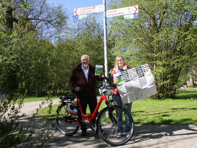Klaus-Peter Dürholt und Birgit Heinekamp vom Kreis stellen die neue Fahrradkarte des Kreises vor. (Foto: G. Klumpp – Kreis Unna )