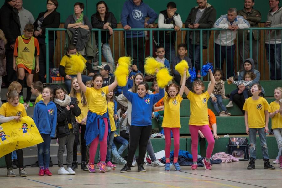 Die Cheerleader der Aloysiusschule feuern ihre Mannschaft beim Grundschul-Cup an. (Foto: Peter Gräber) .