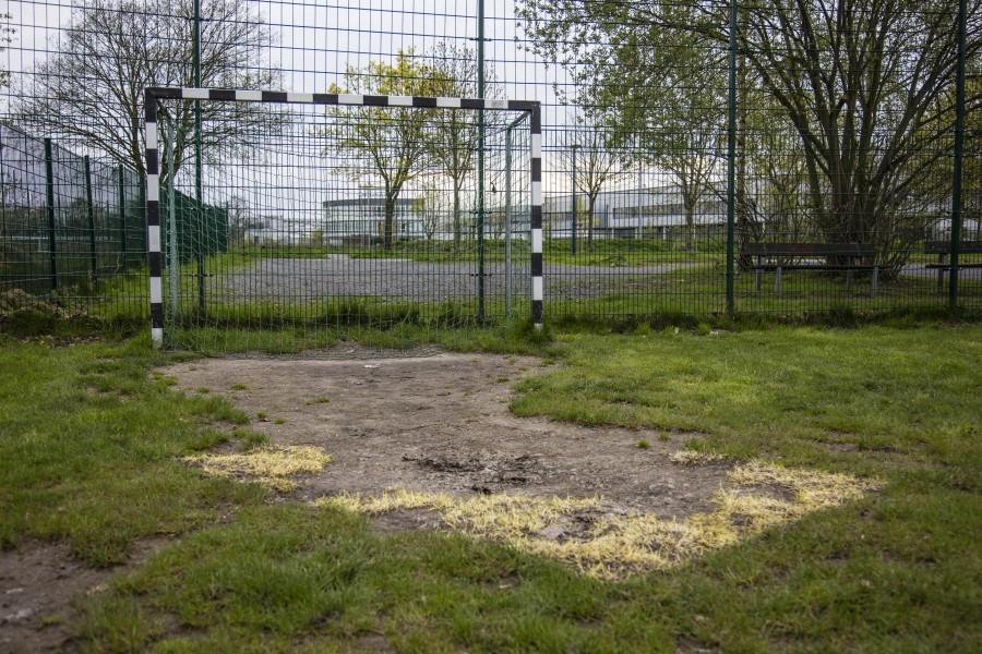 Die Bolzplätze der Gemeinde sind in katastroiphalerm Zustand und sollten noch dieses Jahr saniert werden: Auch der Bolzplatz an der Montanhydrauilikstraße ist unbespielbar. (Foto: peter Gräber)
