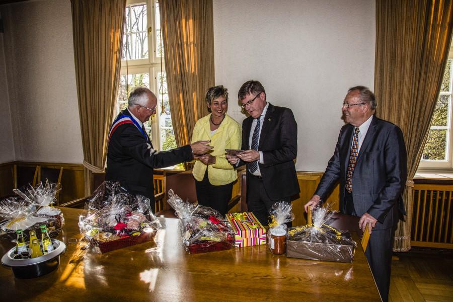 Herzlicher Empfang im Rathaus, v.l.: Christian Wuilque, Ulrike Drossel, Jochen Hake und Gérard Lefébure beim Austausch der Gastgeschenke. (Foto: Peter Gräber)