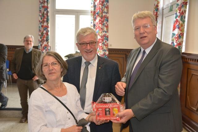 Hartmut Ganzke (r.) überreicht Hans-Willi Körfges und seiner Frau ein Gastgeschenk. (Foto: privat)