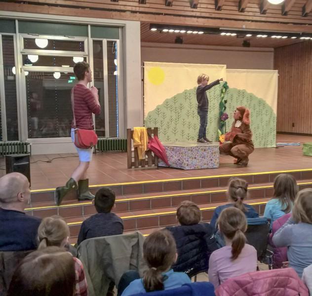 """Englischsprachiges Kindertheater bot das White Horse Theater mit dem Stück """"Spot the dog"""" im Forum für die 1. und 2. Jahrgänge der Dudenroth- und Paul-Gerhardt-Schule. (Foto: Peter Gräber)"""