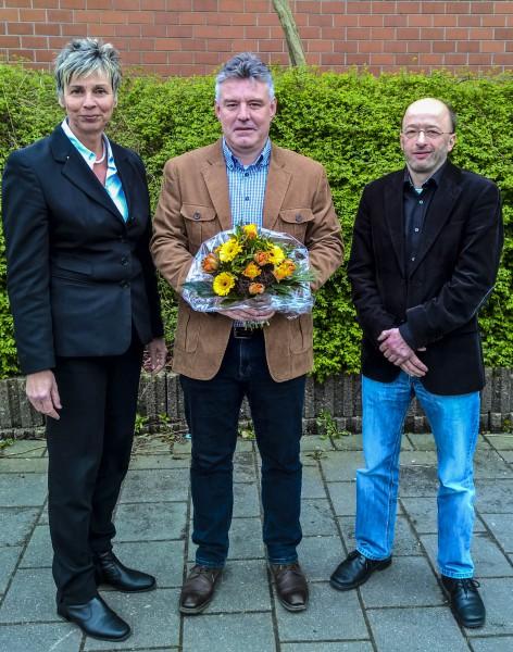 Bürgermeisterin Ulrike Drossel und der 1. Beigeordnete Uwe Detlefsen gratulierten Bernd Hellweg (M.) nach seiner Ernennung zum neuen Baubetriuebshofleiter (zum 1. November 2016) (Foto: Peter Gräber)