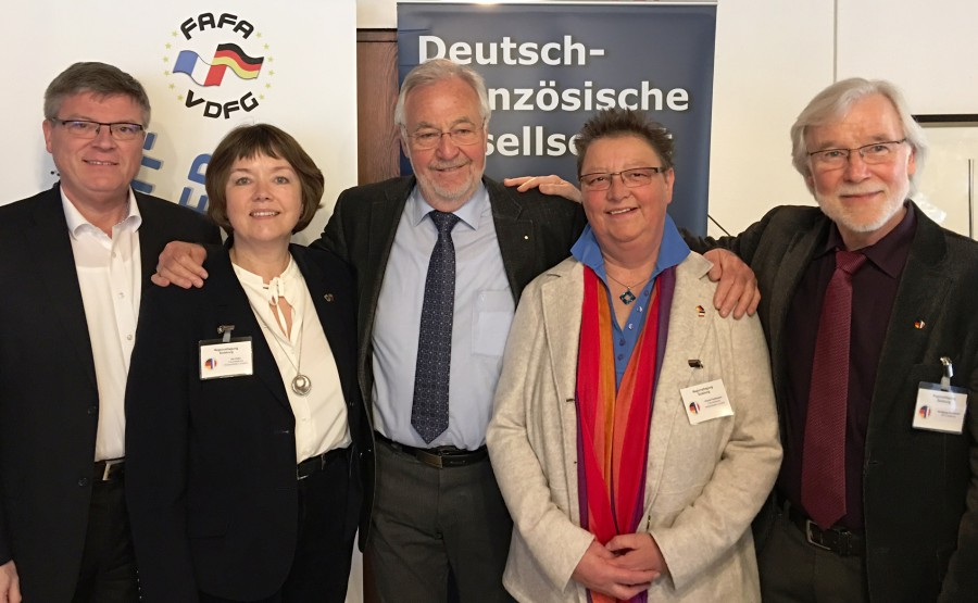 Die Holzwickeder Vertreter mit dem Präsidenten der Vereinigung Deutsch-Französischer Gesellschaften für Europa, Gereon Fritz (M) und Wolfgang Schwarzer (re), Vorsitzender der DFG Duisburg.. (Foto: privat)