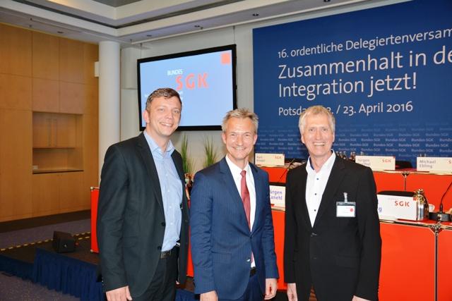Maik Luhmann(li) und Wulf Erdmann(re) mit dem frisch gewählten OB Frank Baranowski in Potsdam