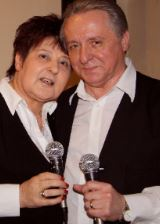 Unterhakten die Gäste beim Tanz in den Mai: das Duo Sigrid und Erich. (Foto: Trägerverein)