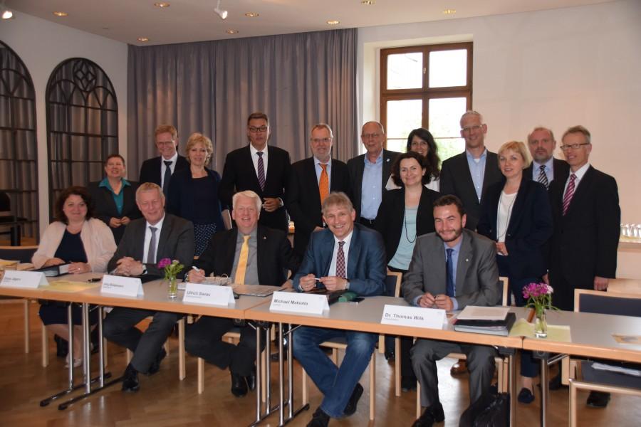 Gute Stimmung, enge Abstimmung. Das kennzeichnet die Treffen der Verwaltungsvorstände von Dortmund und dem Kreis Unna – wie Dienstag auf Haus Opherdicke in Holzwickede. (Foto: C. Rauert – Kreis Unna)