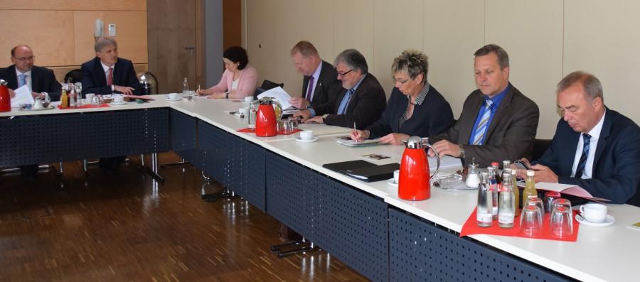 NRW-Minister Rainer Schmeltzer (links) war zu Gast in der Bürgermeisterkonferenz. (Foto: L. Witteler – Kreis Unna)